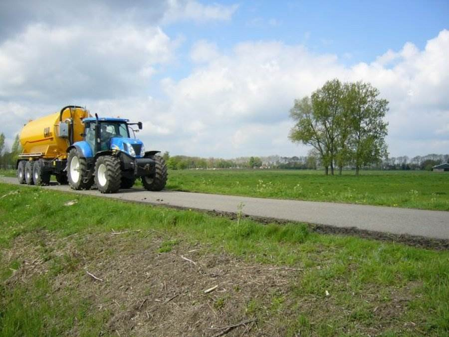 New Holland T7040 met Peecon transporttank